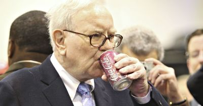 "alt=""Check out Warren Buffett's amazing Coke-themed birthday cake for his 88th"""