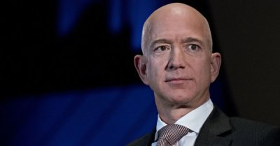 "alt=""Bezos accuses National Enquirer of extortion, shows emails"""