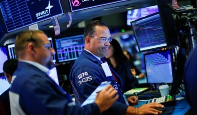"alt=""Wall Street falls on geopolitical tensions, recession fears"""